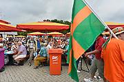Nederland, Nijmegen, 13-7-2014Inschrijving voor de vierdaagse.Op de Wedren schrijven lopers zich in voor de tocht die dinsdag begint.30, 40 en 50 km. 46.000 deelnemers hebben zich aangemeld. Ze krijgen een polsbandje met een barcode die de controle op het parcours makkelijker maakt. Op de foto een wandelaar met de vierdaagsevlag.Foto: Flip Franssen/Hollandse Hoogte