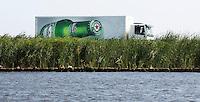 Leiden - Een vrachtauto  van Heineken bier rijdt door het Hollands landschap. ANP COPYRIGHT KOEN SUYK