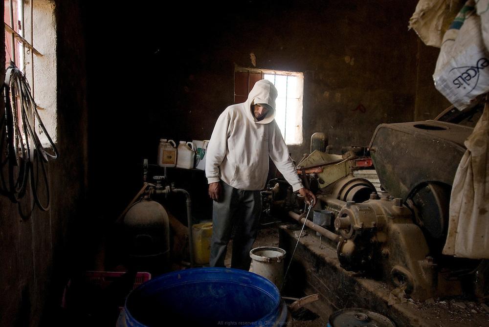 Le puits de la famille Djomaah, vieux de 70 ans, est inutilisable depuis une vingtaine d'années. L'autorisation des israéliens, indispensable pour pouvoir effectuer les réparations, se fait attendre. Le seul choix des Djomaah est d'élever des chèvres pour produire du fromage grâce au soutien financier des ONG ou d'aller travailler dans les plantations de la colonie israélienne voisine, qui elle a de l'eau. Auja, Territoires Palestiniens Occupés / West Bank, mai 2011