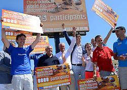 20150627 NED: WK Beachvolleybal day 2, Scheveningen<br /> Nederland heeft er sinds zaterdagmiddag een vermelding in het Guinness World Records bij. Op het zonnige strand van Scheveningen werd het officiële wereldrecord 'grootste beachvolleybaltoernooi ter wereld' verbroken. Maar liefst 2355 beachvolleyballers kwamen zaterdag tegelijkertijd in actie / FIVB President Dr. Ary S. Graça, Bas van de Goor, Hans Nieukerke, Michel Everaert, Lydia en Jeroen