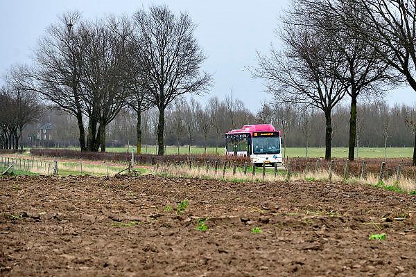 Nederland, Ooij, 6-2-2014Een passagiersbus van busbedrijf Breng rijdt door de Ooijpolder vanuit Nijmegen naar Millingen langs verschillende dorpen.Foto: Flip Franssen/Hollandse Hoogte