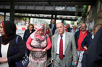 DEU, Deutschland, Germany, Berlin, 19.08.2013:<br />Gregor Gysi, Fraktionsvorsitzender DIE LINKE, im Gespräch mit einer muslimischen Anwohnerin während eines Kiez-Spaziergangs in Schöneberg.