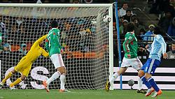 27.06.2010, Soccer City Stadium, Johannesburg, RSA, FIFA WM 2010, Argentina (ARG) vs Mexico (MEX), im Bild Il gol del 3-0 di Carlos Tevez (Argentina).Carlos Tevez 's 3-0 leading goal scored for Argentina. EXPA Pictures © 2010, PhotoCredit: EXPA/ InsideFoto/ Giorgio Perottino +++ for AUT and SLO only +++ / SPORTIDA PHOTO AGENCY