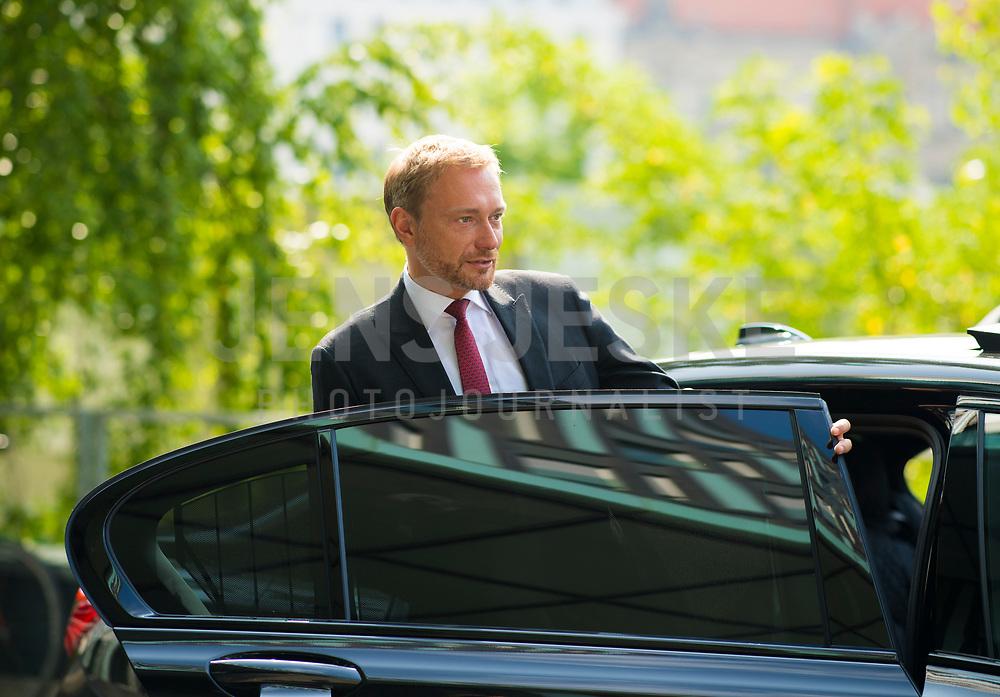 DEU, Deutschland, Germany, Berlin, 04.06.2018: FDP-Partei- und Fraktionschef Christian Lindner, steigt nach einer Bundespressekonferenz in seinen Dienstwagen ein.