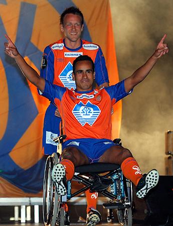 En skadd Peter Werni trilles ut på rullestol av Trond Fredriksen under spillerpresentasjonen på AaFKs Kick Off arrangement i Sunnmørshallen.<br /> <br /> Foto: Svein Ove Ekornesvåg
