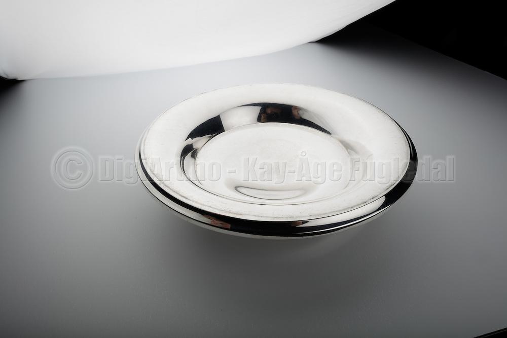 Sølvtøy inne, fotografert med studioblits.