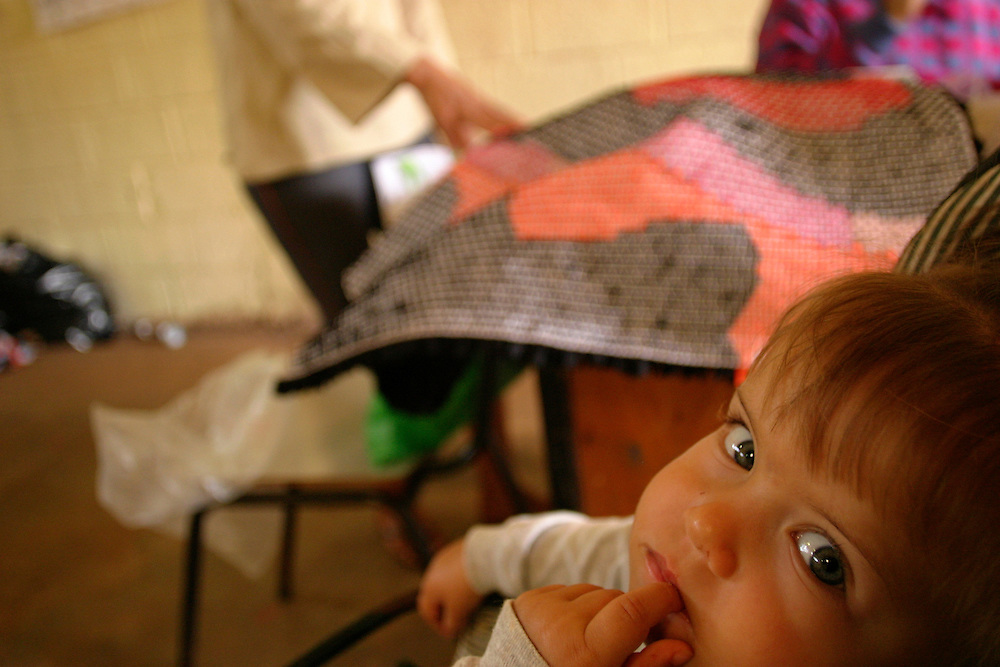 Nova Lima_MG, Brasil...Tapecaria do Projeto Fred, na foto um bebe proximo a mulheres fazendo tapetes...The tapestry of Fred project, in this photo a baby next to women doing carpets...Foto: BRUNO MAGALHAES / NITRO..
