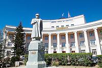 Mongolie. Oulan Bator. Statue de Choibalsan devant l'Université Nationale. // Mongolia. Ulan Bator. Choibalsan statue in front of National University.