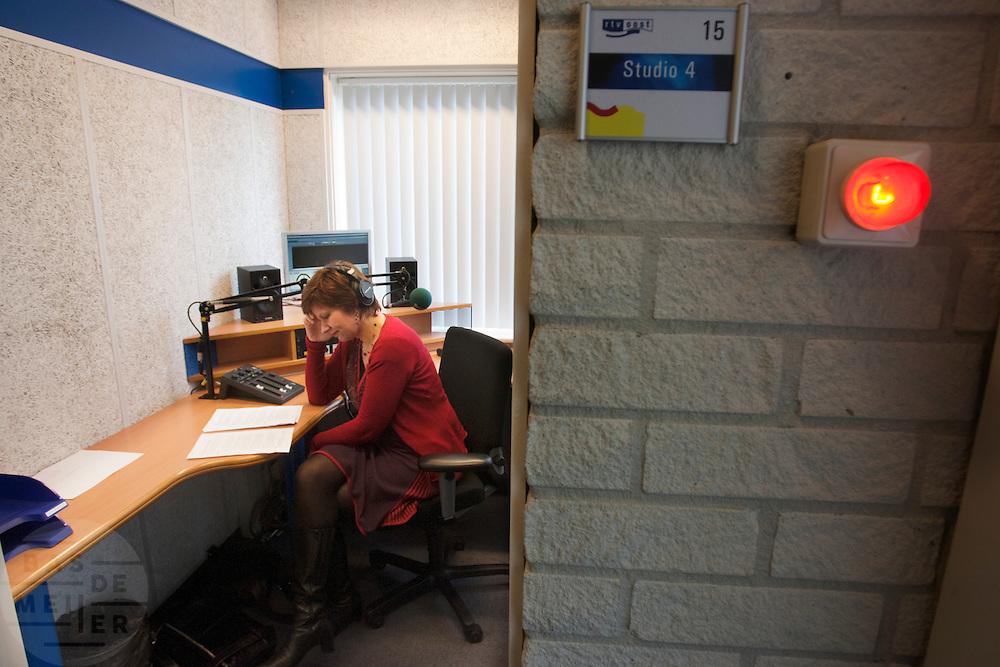 In een studio van RTV Oost in Hengelo bereidt kandidaat-voorzitter van het CDA Ruth Peetoom zich voor op een radio-interview met Frist Spits. Ruth Peetoom is op bezoek bij de theatergroep Kamak in Hengelo. Bij de theatergroep acteren verstandelijk gehandicapten en wordt onder meer via AWBZ betaald