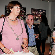 """NLD/Almere/20110624 - Expositie opening Ruud de Wild """"Moving"""" Galerie aan de Amstel, Annemarie Jorritsma in gesprek met Aafke de Wild-Burggraaff"""