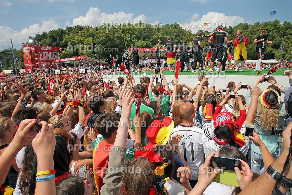 15.07.2014, Brandenburger Tor, Berlin, GER, FIFA WM, Empfang der Weltmeister in Deutschland, Finale, im Bild Die deutsche Fussballnationalmannschaft feiert am mit den Fans. // during Celebration of Team Germany for Champion of the FIFA Worldcup Brazil 2014 at the Brandenburger Tor in Berlin, Germany on 2014/07/15. EXPA Pictures © 2014, PhotoCredit: EXPA/ Eibner-Pressefoto/ Hibbeler<br /> <br /> *****ATTENTION - OUT of GER*****