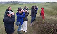 DOMBURG - Birdwatching op de golfbaan van de Domburgsche Golf Club olv Vogelaar / bioloog Floor Arts met baancommissaris Inge Boomsma en hoofdgreenkeeper Arjen Bosschaart. Een natuurvriendelijk en milieubewust beheerd golfterrein biedt voor de golfer een interessante en uitdagende omgeving en bevordert de beeldvorming van de golfsport als een 'groene' sport.  Het beleid kent drie programma's: Committed to Green, Golfers love Birdies en Green Deal. COPYRIGHT KOEN SUYK