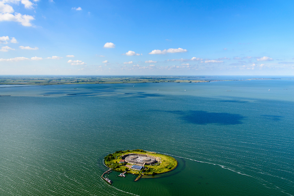 Nederland, Noord-Holland, Pampus, 13-06-2017; Forteiland Pampus in het IJmeer, onderdeel van de Stelling van Amsterdam. Rijksmonument, onderdeel van de Werelderfgoedlijst van Unesco. Wateralnd en MArken ion de achtergrond.<br /> Fort Pampus Island in the IJmeer, part of the Defence Line of Amsterdam. Unesco World Heritage.<br /> luchtfoto (toeslag op standaard tarieven);<br /> aerial photo (additional fee required);<br /> copyright foto/photo Siebe Swart
