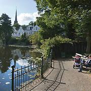 Nederland Giessen 24 September 2009 20090924 ..Een stel zit op een bankje te genieten van de zon aan het water in de wijk Kralingen. A couple relaxing at the waterside, enjoying the sun good sunny weather                                  ..Foto: David Rozing