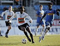 Fotball<br /> Adeccoligaen 2008<br /> 01.11.2008<br /> Sandefjord v Hønefoss 0-0<br /> Foto: Morten Olsen, Digitalsport<br /> <br /> Ebrima Sohna - Sandefjord<br /> Umaru Bangura - Hønefoss