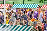 Nederland, Nijmegen, 18-8-2019 Inschrijving, aanmelding eerstejaars studenten voor het nieuwe studiejaar en de introductie aan de Radboud Universiteit, RU. In de komende week kunnen de studenten kennismaken met hun studiegenoten, sportverenigingen, studentenverenigingen en de stad. Na de inschrijving bezoeken de eerstejaars een markt met studentenverenigingen en verzamelen de vele mentorgroepen zich om de rest van de week samen op te trekken .FOTO: FLIP FRANSSEN