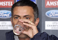 Fotball<br /> Pressekonferanse på Stamford Bridge før kampen mellom Chelsea og Paris Saint Germain<br /> 23. november 2004<br /> Foto: Digitalsport<br /> NORWAY ONLY<br /> Chelsea manager Jose Mourinho taking a drink of water