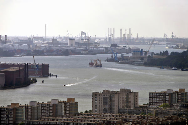 Nederland, Rotterdam, 15-9-2012Uitzicht op de havens langs de nieuwe maas in het havengebied van deze havenstad. Botlek,botelekhaven,botlekgebied.Foto: Flip Franssen/Hollandse Hoogte