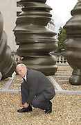 Tony Cragg at the River Terrace, Somerset House. 13 September 2001. © Copyright Photograph by Dafydd Jones 66 Stockwell Park Rd. London SW9 0DA Tel 020 7733 0108 www.dafjones.com