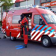 NLD/Huizen/20050512 - Auto te water haven van Huizen Havenstraat..duikwagen brandweer Huizen, duiker