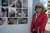 """26.05.2012 Bialystok Otwarcie wystawy fotografii """"Moj pierwszy bolid"""" poswieconej historii wozkow dzieciecych. Na apel bialostockiej Galerii im Slendzinskich bialostoczanie dostarczyli ponad 500 zdjec, najstarsze z 1927 roku N/z otwracie wystawy fot Michal Kosc / AGENCJA WSCHOD"""