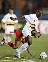 Fotball<br /> Foto: Dppi/Digitalsport<br /> NORWAY ONLY<br /> <br /> FOOTBALL - AFRICAN CUP OF NATIONS 2006 - FIRST ROUND - GROUP B - 060121 - CAMEROON v ANGOLA<br /> <br /> ANDRE MACANGA (ANG) / SAMUEL ETO'O (CAM) <br /> <br /> KAMERUN v ANGOLA