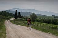 La bellezza del paesaggio vale il perdere qualche secondo per fermarsi e fare qualche foto. La seconda edizione dell'Eroica a Montalcino ha visto partecipare piu' di 1400 ciclisti italiani e stranieri, vestiti con abiti d'epoca e in sella a biciclette vintage. Hanno prcorso le strade delle colline toscane percorrendo fino a 170km su strade bianche e asfaltate.  Federico Scoppa