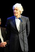 Herman van Veen heeft in het Koninklijk Theater Carré te Amsterdam de Edison Oeuvreprijs Kleinkunst ontvangen. De Edison Stichting kent Van Veen de prijs toe voor zijn enorme oeuvre en buitengewone verdiensten voor de Nederlandse muziek. Zingen, viool spelen en schrijven maakt hem tot een veelzijdig artiest die reeds zeven Edisons heeft mogen ontvangen. Van Veen vierde in Carre zijn 65ste verjaardag<br /> <br /> Op de foto: Paul van Vliet