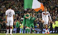 Fotball<br /> Kvalifisering UEFA EM 2016<br /> Irland v Tyskland<br /> 08.10.2015<br /> Foto: Witters/Digitalsport<br /> NORWAY ONLY<br /> <br /> Schlussjubel v.l. Shane Long, Robbie Brady, Wes Hoolahan (Irland)<br /> Fussball, EM-Qualifikation, Irland - Deutschland 1:0