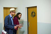 DEU, Deutschland, Germany, Berlin, 15.08.2013:<br /> SPD-Bundestagskandidat Erik GuÃàhrs (L) und SPD-GeneralsekretaÃàrin Andrea Nahles (R) beim TuÃàr-zu-TuÃàr-Wahlkampf in einem Hochhaus in Berlin-Lichtenberg. Der Hausbesuch der beiden Politiker stie√ü auf bescheidene Resonanz, fast alle TuÃàren blieben an diesem Abend verschlossen.