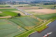 Nederland, Zuid-Holland, Dordtsche Kil, 08-09-2006; , 08-09-2006;  trace voltooide hogesnelheidslijn HSL: gezicht op Hoeksche Waard, met tunnelgbouw en toerit naar de tunnel onder de Dordtsche Kil; transport, infrastructuur, verkeer en vervoer, mobiliteit, hogesnelheidslijn, spoor, rail, HSL, TGV, planologie, ruimtelijke ordening, landschap; ;zie ook andere foto's van deze lokatie (lucht en panorama); deel van de serie Panorama Nederland; luchtfoto (toeslag); aerial photo (additional fee required); .foto Siebe Swart / photo Siebe Swart