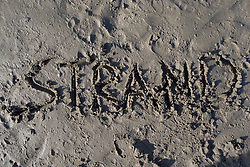 "SYMBOLBILD - der Schriftzug ""Strand"" in Sand geschrieben, aufgenommen am 23.08.2015 in Caorle, Italien // the lettering ""Strand"" written in sand in Caorle, Italia on 2015/08/23. EXPA Pictures © 2015, PhotoCredit: EXPA/ Jakob Gruber"
