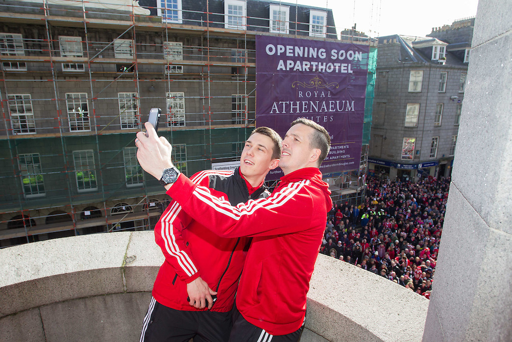 ABERDEEN FC OPEN TOP BUS PARADE THROUGH THE CITY TO CELEBRATE THE CLUBS LEAGUE CUP WIN. JAMIE LANGFIELD AND RYAN JACK SELFIE<br /> PIC DEREK IRONSIDE / NEWSLINE MEDIA