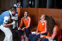 ZWOLLE - Xan de Waard en Valerie Magis.  Bitje happen voor de vrouwen van het Nederlands hockeyteam, Het aanmeten van een mondbeschermer. in aanloop van de Champions Trophy in Mendoza (Argentinie).  COPYRIGHT KOEN SUYK