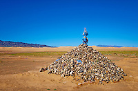 Mongolie, Province d'Omnogov, parc national du Gobi, desert de Gobi, ovoo bouddhiste aux dunes de Khongoryn Els // Mongolia, Omnogov province, National Park of Gobi, Gobi desert, Khongoryn Els dunes, buddhist ovoo