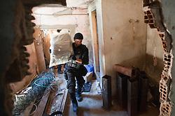 Um policial carrega material apreendido após invasão de laboratório para o refino de cocaína na favela do Morro do Alemão em 28 de novembro de 2010 no Rio de Janeiro, Brasil. Após dias de preparação, forças de segurança do Brasil, lançaram um ataque contra uma favela, onde entre 500 e 600 traficantes de drogas estão escondidos e recusam a se render. Cerca de 2.600 tropas aerotransportadas, marines e membros das unidades de elite da polícia participaram da operação como alvo um grupo de favelas sem lei conhecido como Complexo de Alemão. FOTO: Jefferson Bernardes/Preview.com