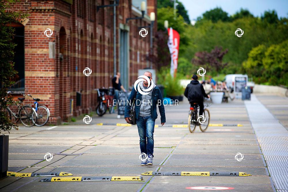 AMSTERDAM - Jeroen van Koningsbrugge loopt op het Westergasfabriek. FOTO LEVIN DEN BOER - PERSFOTO.NU
