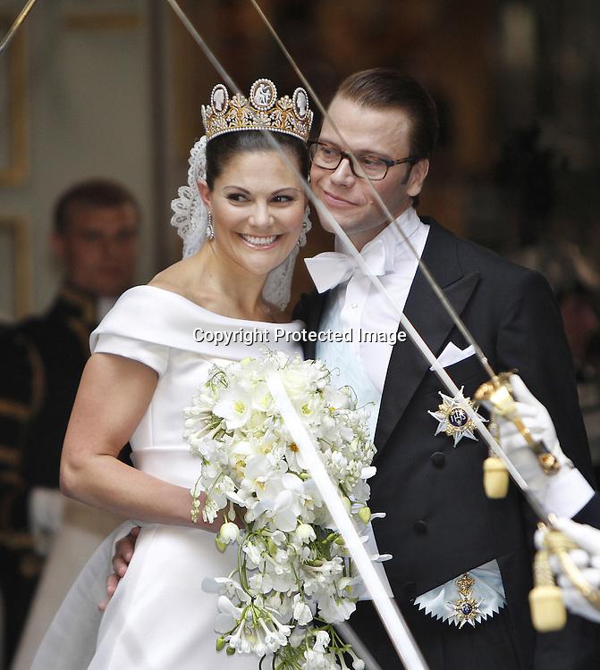 Sweden's Crown Princess Victoria and Daniel Westling leaves their wedding ceremony in Stockholm on June 19, 2010. AFP PHOTO / DANIEL SANNUM LAUTEN