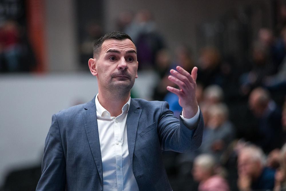 ÖSTERSUND 20210924<br /> Jämtlands coach Adnan Chuck under fredagens match i Basketligan mellan Jämtland Basket och Nässjö Basket i Östersunds Sporthall<br /> <br /> Foto: Per Danielsson/Projekt.P