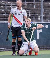 AMSTELVEEN -Jochem Bakker (Rotterdam) met Teun Rohof (Amsterdam)  tijdens de competitie hoofdklasse hockeywedstrijd heren, Amsterdam -Rotterdam (2-0) .  COPYRIGHT KOEN SUYK