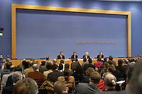 04 MAR 2004, BERLIN/GERMANY:<br /> Guido Westerwelle, FDP Bundessvorsitzender, Angela Merkel, CDU Bundesvorsitzende, Edmund Stoiber, CSU Vorsitzender, und Angela Wefers, Bundespressekonferenz, (Podium v.L.n.R.), waehrend der Pressekonferenz zur Vorstellung eines Kandidaten zur Wahl des Bundespraaesidenten, Bundesspressekonferenz<br /> IMAGE: 20040304-04-036<br /> KEYWORDS: Bundespräsident, Übersicht, Uebersicht