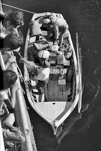 Griekenland, Ios, 26-9-1973 Tussen de vele eilanden in de griekse archipel in de egeische zee varen ferryboten, die ook post , goederen en voedsel naar de eilanden brengen .Foto: ANP/ Hollandse Hoogte/ Flip Franssen