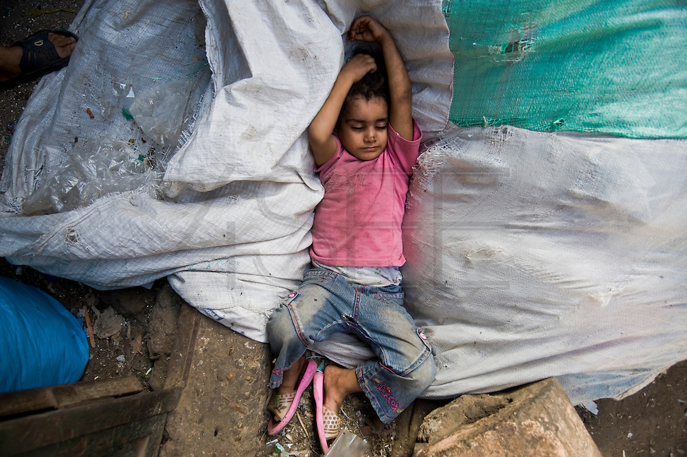 The heat makes sleeping after eating for a while paralyzing the activity. A girl rests on the bags as if it were a mattress.
