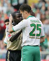 Fotball<br /> Bundesliga Tyskland 2003/2004<br /> Foto: Witters/Digitalsport<br /> NORWAY ONLY<br /> <br /> v.l. Samuel KUFFOUR, Valerien ISMAEL Bremen<br /> Bundesliga SV Werder Bremen - FC Bayern München<br /> 02.10.2004