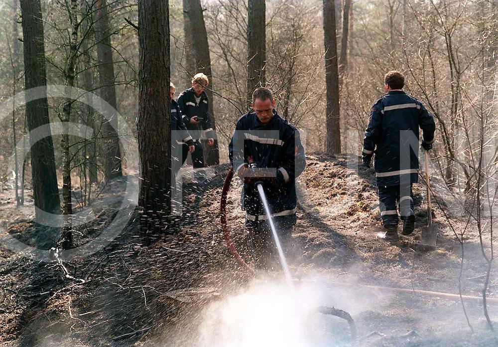 ommen : junne tweede bosbrand in twee dagen tijd in het bos bij junne deze brand woedde op twee plaatsen en is vermoedelijk niet spontaan onstaan..foto frank uijlenbroek©1996