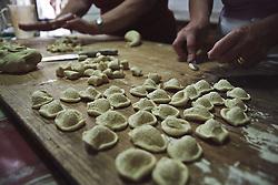 """La preparazione artigianale di orecchiette e pizzarieddi, per uno dei piatti tipici della Puglia - Artisanal preparation of """"orecchiette"""" and """"pizzarieddi"""", for one of the typical dishes of Puglia"""