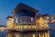 PRT, Portugal: Oceanario de Lisboa, das zweitgroesste seiner Art weltweit, Aquarium in Abendstimmung, erleuchtet, Lissabon, Lissabon | PRT, Portugal: Oceanario de Lisboa, the second largest world wide, illuminated Aquarium in the evening, Lisbon, Lisbon |