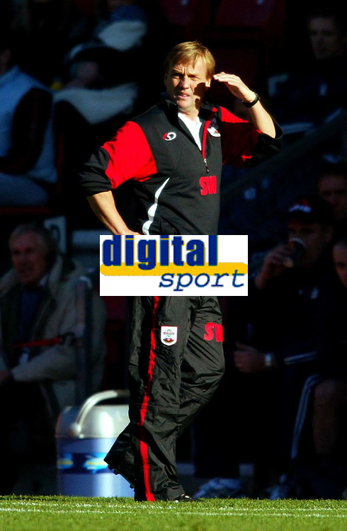 Fotball<br /> Premier League England 2004/2005<br /> Foto: BPI/Digitalsport<br /> NORWAY ONLY<br /> <br /> Southampton v Portsmouth<br /> 13/11/2004<br /> <br /> Southampton coach, Steve Wigley, thinks about his future