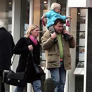 NLD/Laren/20080105 - Edwin bredius en partner en kind  winkelend in Laren NH