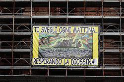 Taranto, Palazzo storico in restauro con manifesto contro l'inquinamento